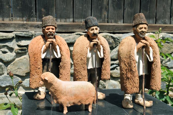 Muzeul Naţional al Satului Dimitrie Gusti, acaniversarea a 77 de ani de la înfiinţate. În imagine, figurine din lut