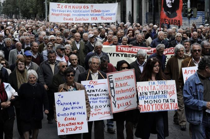 Pensionarii demonstrează în centrul Atenei în timpul unei demonstraţii anti-austeritate la 19 aprilie 2013.