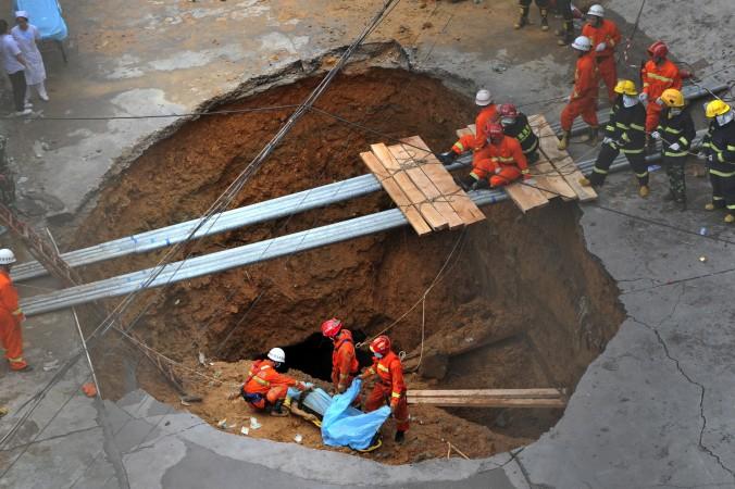 Echipele de salvare recuperează un cadavru dintr-o dolină din Shenzhen, la 21 mai 2013.
