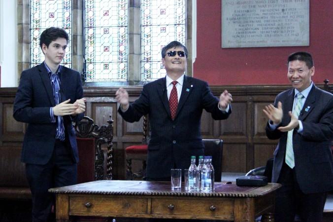 Chen Guangcheng (centru), împreună cu un student la Oxford (stânga) şi Bob Fu, şefulul grupului drepturilor omului China Aid, la Oxford Union pe 21 mai. Chen a spus mulţimii de aproximativ 200 de persoane că Occidentului i-a lipsit curajul în relaţiile cu Partidul Comunist Chinez.