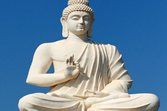 Statuia lui Buddha Shakyamuni in apropiere de Grotele Belum situate in Andhra Pradesh, India.