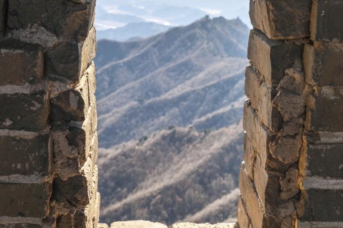 Privind printr-o fereastră a unui turn de veghe pe Marele Zid chinezesc