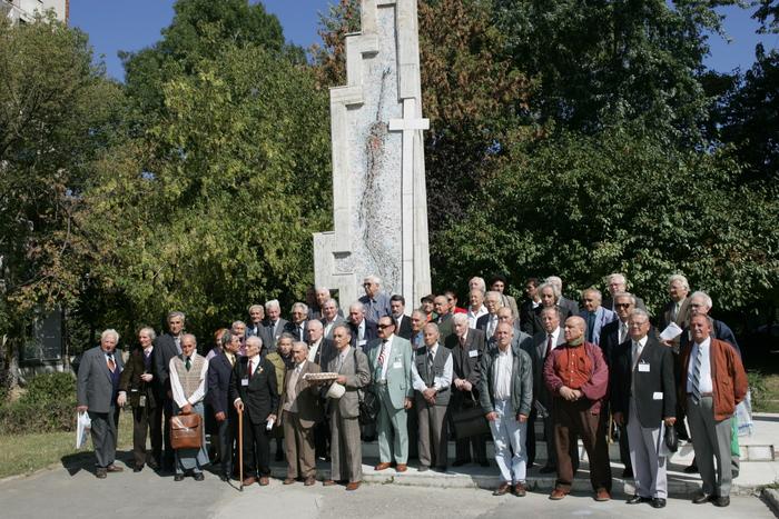 """Supravietuitori ai """" Experimentului Piteşti"""", în faţa monumentului memorial."""