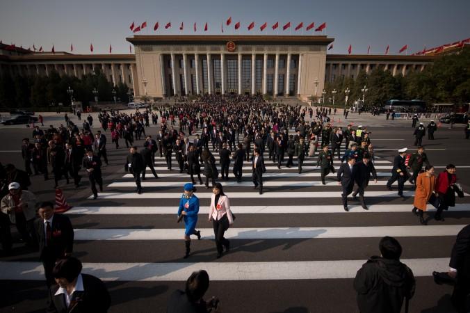 Delegaţii pleacă după sesiunea de deschidere a Congresului Partidului Comunist Chinez, Beijing, 8 noiembrie 2012.