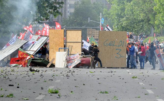 Protestatari ridicând baricade în timpul luptelor de stradă din Ankara, 1 iunie 213