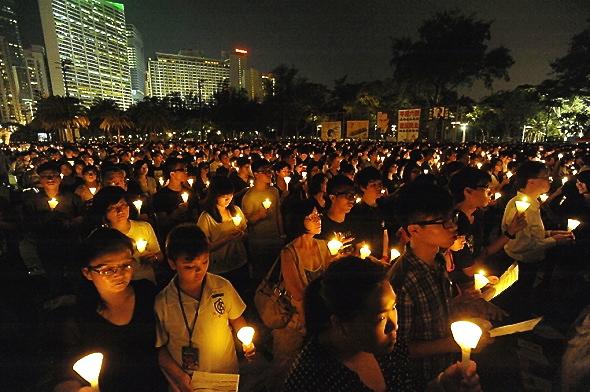 4 iunie 2012, peste 180 de mii de participanţi s-au adunat în Victoria Park, Hong Kong, pentru a comemora masacrul mişcării studenţeşti din Piaţa Tiananmen, din iunie 1989