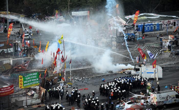 """Piaţa Taksim: după o zi tensionată, în care se numără cel puţin o sută de răniţi, războiul de gherilă a explodat din nou în această seară, când protestatarii s-au întors în piaţă şi sute de poliţişti au reacţionat cu blindate, tunuri de apă, gaze lacrimogene şi grenade paralizante. Erdogan declară """"toleranţă zero""""."""