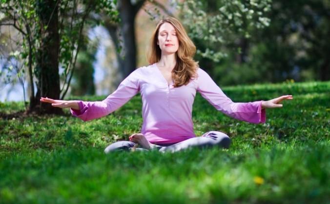 O femeie face meditaţia Falun Gong. Cercetătorii au descoperit că meditaţia şi gândirea pozitivă pot produce modificari cerebrale pe termen lung şi dezvoltarea trăsăturilor pozitive