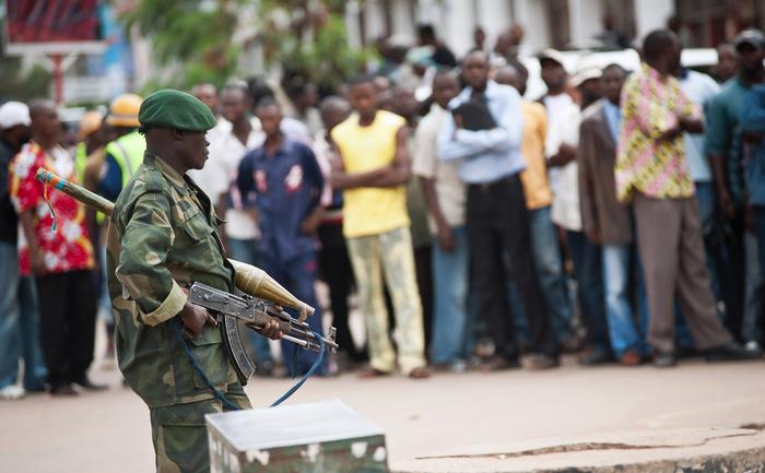 Congo, Katanga:  Când locuitorii au protestat, agenţii de poliţie au tras in aer focuri de armă iar un barbat a fost ucis de un glonţ rătăcit.