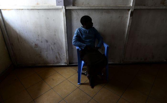 Victima unui viol stă în 16 octombrie 2012 în spitalul Heal Africa din oraşul congolez Goma. Fata a fost violată la vârsta de 8 ani în satul congolez Ngungu din Teritoriul Masisi.