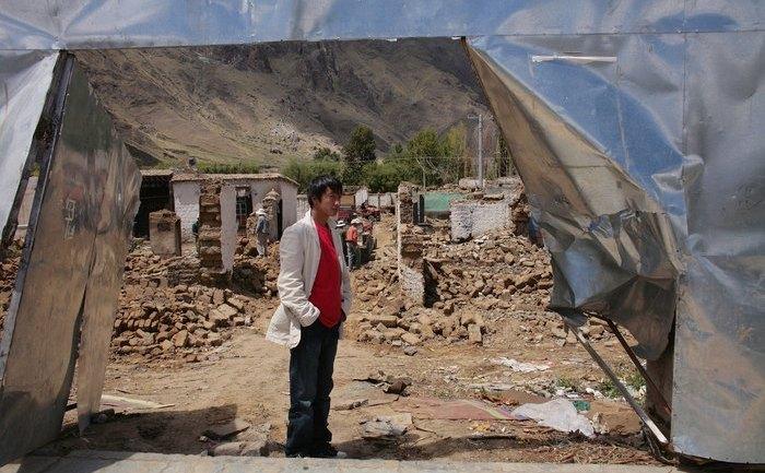 """Tibet: """"Chiar dacă guvernul chinez spune că, casele noi sunt de stat, costurile de construcţie sunt impuse tibetanilor înşişi, care nu au cerut să schimbe casa şi nici de a o vedea distrusă pe cea în care au trăit. Acum, ei trebuie să plătească casele noi până la 75% din costul total."""