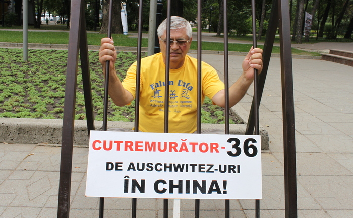 """Comemorarea victimelor torturii şi persecuţiei împotriva Falun Dafa din China, Grădina Publică """"Ştefan cel Mare"""", 26 iunie 2013"""