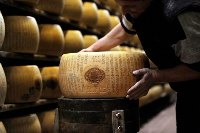 Brânză italiană Parmigiano Reggiano într-o fabrică din Valestra, în apropiere de Reggio Emilia.