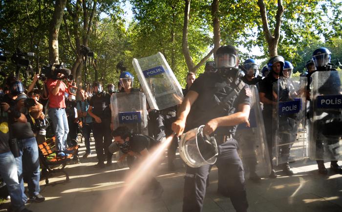 Poliţiştii turci folosesc gazul pentru a dispersa demonstanţii din parcul Gezi, din piaţa Taksim, Istambul, 8 iulie 2013. Poliţia a tras cu gloanţe de cauciuc, gaze lacrimogene şi tunuri cu apă pentru a opri protestatari să intre mica piaţă din Istambul, locul unde a luat naştere neliniştea ucigătoare care a învăluit ţara luna trecută.
