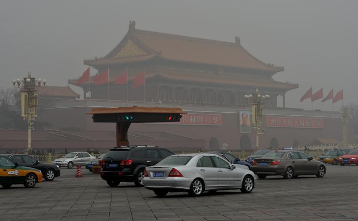 Trafic în dreptul Porţii Tiananmen din Beijing. Numărul mare de maşini din Capitala Chinei este un motiv în plus de îngrijorare în privinţa nivelului ridicat al poluării.