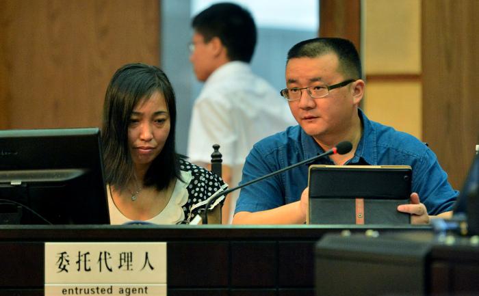 Mama victimei, Tang Hui (s) sta langa avocatul sau la Inalta Curte a Poporului din Provincia Hunan, in Changsha, 15 iulie 2013.
