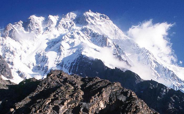 Vârful pakistanez Nanga Parbat, înalt de 8125 m, situat la capătul vestic al munţilor Himalaya
