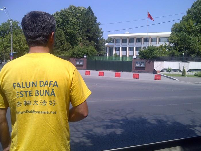 Practicanţii şi simpatizanţii Falun Gong în faţa Ambasadei Chinei la Bucureşti