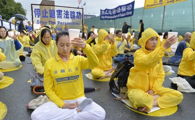 Practicanţii Falun Gong protestează în faţa Consulatului chinez din New York, pe 20 iulie, ziua în care persecuţia împotriva Falun Gong a inceput acum 14 ani.