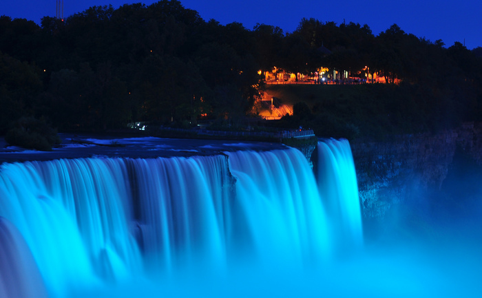 Cascada Niagara iluminată în albastru în onoarea băieţelului născut de Catherine, soţia prinţului William, ducesă de Cambridge, 22 iulie 2013.