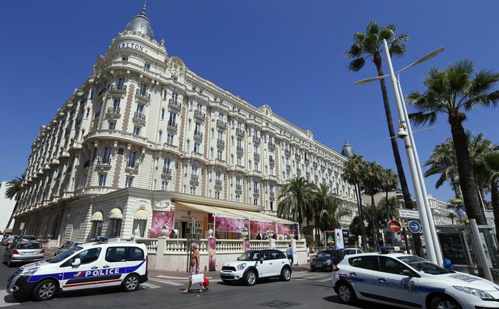 Maşini de poliţie parcateîn faţa Hotelului Carlton, 28 iulie 2013, pe Riviera Franceză, la Cannes, dupăce a avut loc jaful bijuteriilor.