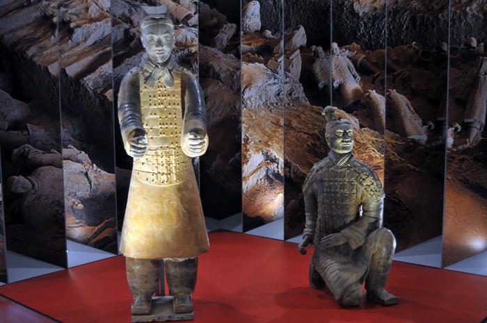 """Expoziţia """"Comorile Chinei"""" de la Muzeul Naţional de Istorie a României. Expoziţia a reunit 101 seturi de artefacte printre care s-au aflat o parte din soldaţii ce făceau parte din Armata de teracotă şi piese din inventarul funerar al împăratului Qin Shi Huang"""