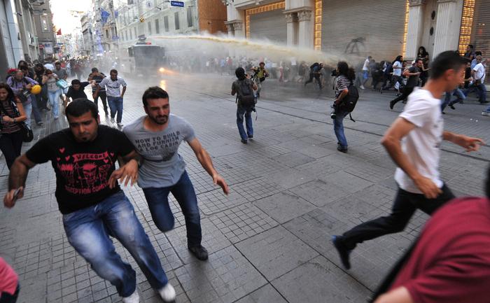 Turcia: Poliţia turcă, sâmbătă 3 august 2013, a tras cu gaze lacrimogene şi tunuri de apă pentru a dispersa sute de protestatari anti-guvernamentali, în Istanbul,  epicentrul de demonstraţii care au zguduit ţara în iunie.