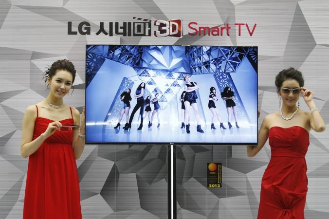 Modele sud-coreene prezintă un 3D Smart TV CINEMA în timpul unei conferinţe de presă pentru LG Electronics, în Seul, Coreea de Sud, 19 ianuarie 2012