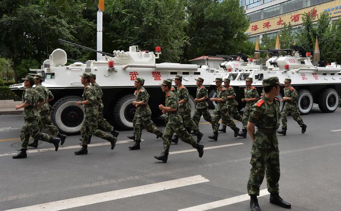 """Poliţia paramilitară chineză în timpul unei """"demonstraţii de forţă"""", la Urumqi, în provincia Xinjiang, la 29 iunie 2013."""