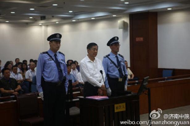 În cele mai multe fotografii ale lui Bo Xilai, pe când era un oficial,  el părea mult mai înalt decât cei din jurul lui. În sala de judecată,  inculpatul Bo este flancat de doi gardieni. De notat statura înaltă a  gardienilor faţă de Bo. Gardienii sunt atent selectaţi pentru a crea o  impresie publică