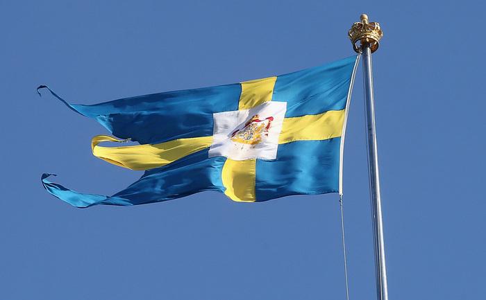 Steagul Suediei fluturând deasupra Palatului Regal,în Stockholm, Suedia.