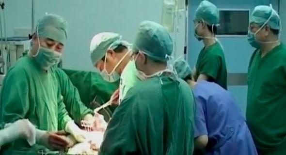 """Captură TV din documentarul """"Omorât pentru organe: industria secretă a Chinei - transplantul de organe"""". Ziarul german Die Zeit subliniază complicitatea Occidentului cu oribila industrie chineză."""
