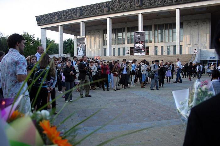 Membrii audienţei, după ce au aflat că Shen Yun a fost blocat, aduc, totuşi, flori artiştilor