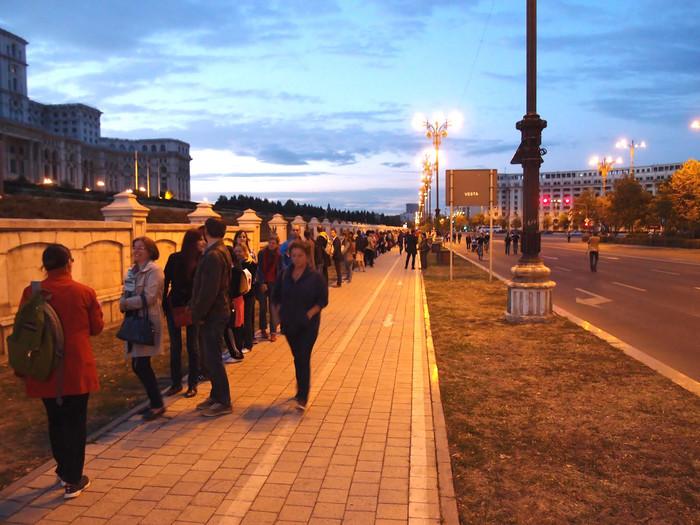 Lanţ uman la Parlament împotriva proiectului Roşia Montană