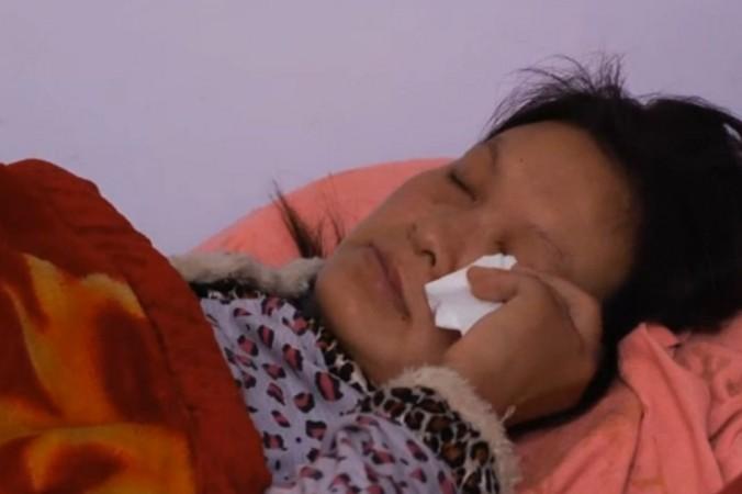 Liu Xinwen, o mamă chinezoaică, este fotografiată în timp ce îşi şterge lacrimile după ce a declarat pentru Sky News că a fost forţată să-şi avorteze copilul pe 27.09.2013.