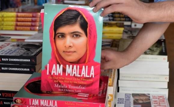 O librareasă afişează copia unei cărţi cu memoriile lui Malala Yousafzai, o tânără activistă pakistaneză, în Islamabad, Pakistan, 8 octombrie 2013.