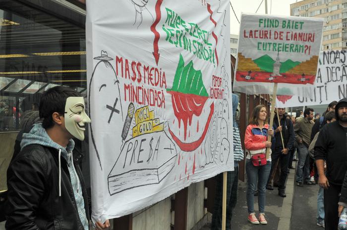 """""""Ieşiţi din casă dacă vă pasă""""! sloganul sub care s-a protestat pentru Roşia Montană în zona Piaţa Chibrit din capitală."""