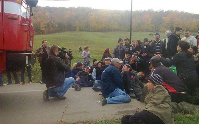 Protestatarii blochează utilajele Chevron la Pungeşti