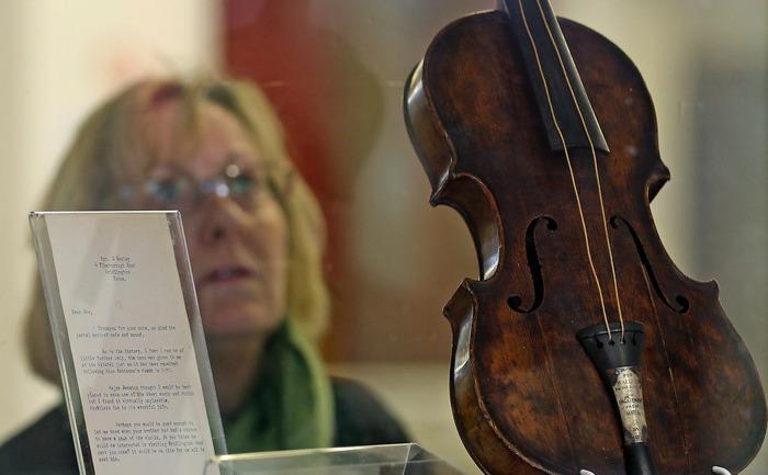 Vioara la care a cântat Wallace Hartley, şeful orhestrei de pe Titanic, imediat înainte ca vasul să înceapă să se scufunde