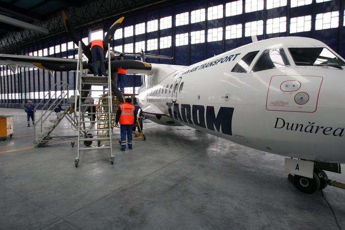 Aeronavă TAROM în hangarul de reparaţii