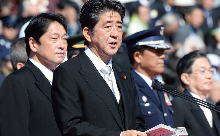 Primul Ministru al Japoniei, Shinzo Abe (C), tinand un discurs alaturi de Ministrul japonez al Apararii, Itsunori Onodera (S), 27 octombrie 2013.
