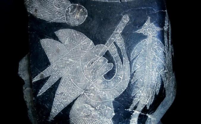 O persoană gravată pe o piatră care datează de 65 de milioane de ani urmăreşte aştri cu un telescop