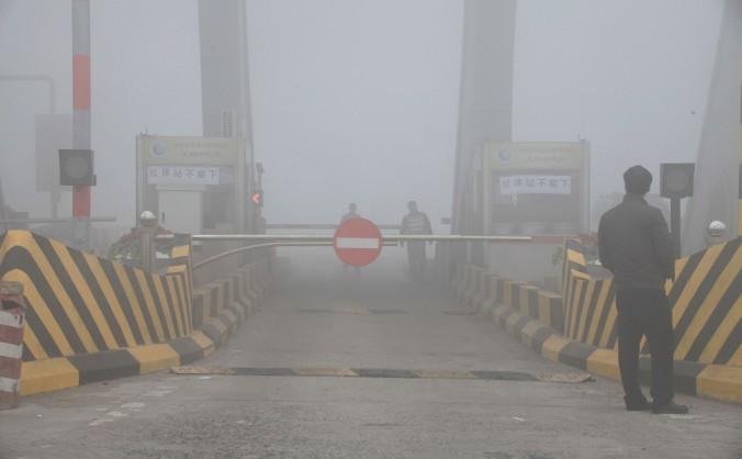 Ghişeu pe autostradă înecat de smog, provincia Jilin, 22 octombrie 2013