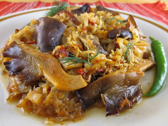 Varză călită cu ardei copţi şi ciuperci la cuptor