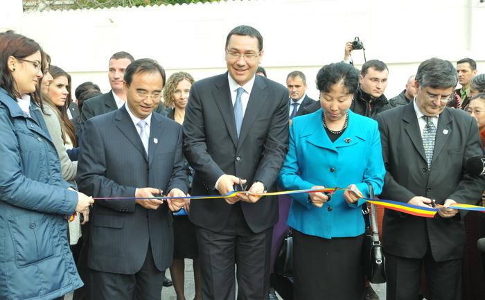 Victor Ponta, alături de fosta ambasadoare a Chinei, Huo Yuzhen, la inaugurarea Institutului Confucius Bucureşti, 22 noiembrie 2013