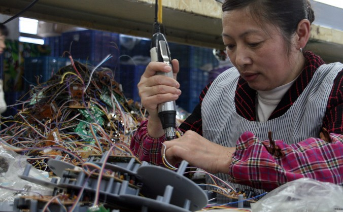 Muncitori la o fabrică de electronice din provincia Fujian, China