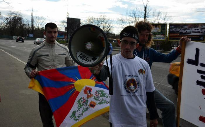 Activişti pro-Tibet în faţa Ambasadei Chinei
