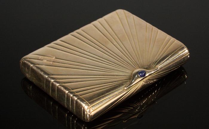 O tabacheră Faberge din aur galben de 14K cu safir, într-o fotografie pentru un catalog de licitaţie al Julien's Auctions din 2011.