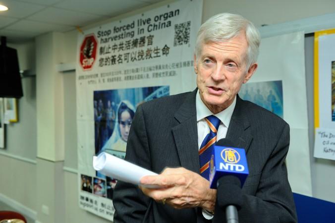 Hon. David Kilgour întâlneşte presa dupa ce a ţinut un discurs la Teatrul Federatiei Societatilor Medicale din Hong Kong, la 20 iulie 2013.