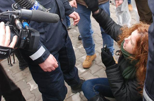 Jurnalista Oana Moisil, înainte de a fi scoasă de jandarmi din mulţimea care îl astepta pe Premierul Ponta la Cluj, 6 decembrie 2013